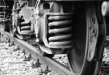 Почему во время остановки стучат по колесам поезда?