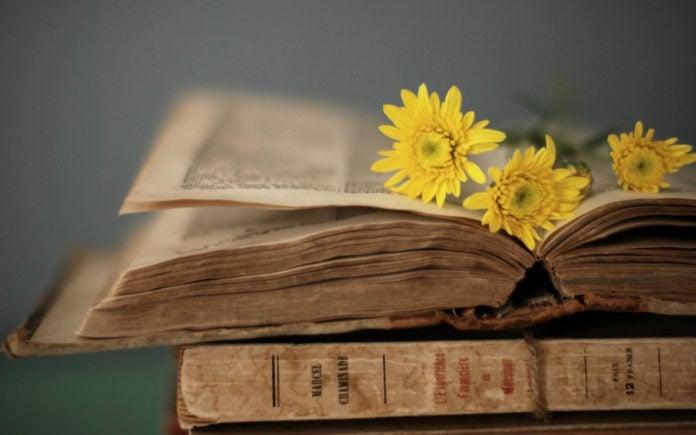 Почему старые книги имеют такой запах?