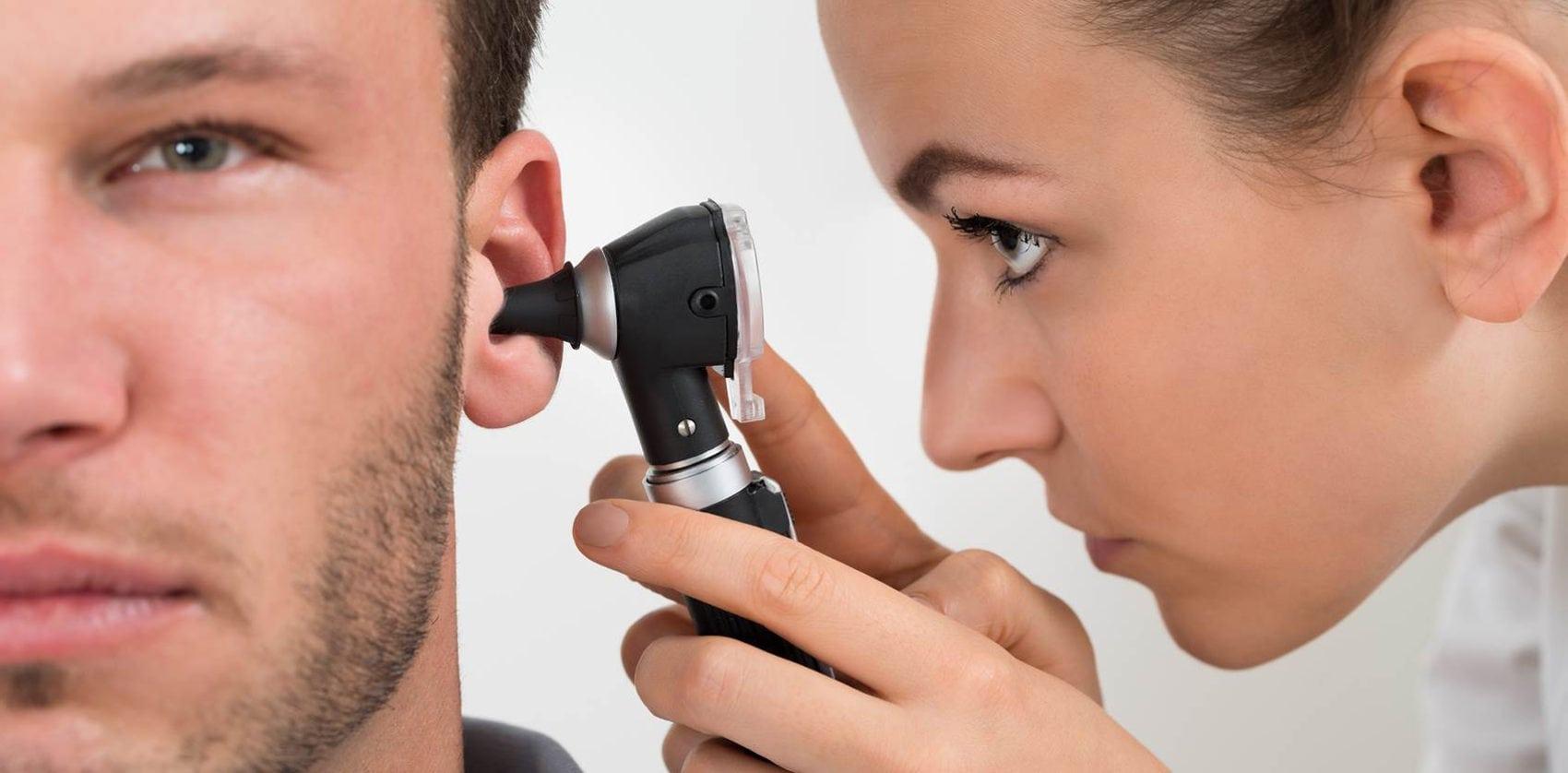 Почему в ушах скапливается сера?