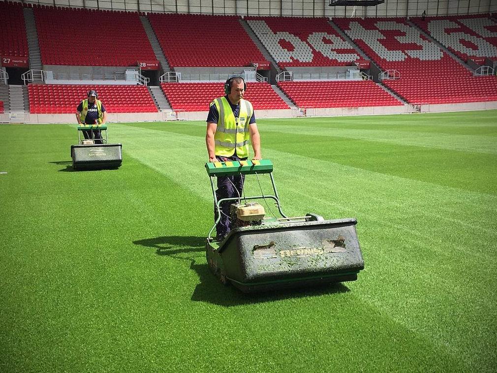 Подготовка газона к матчу