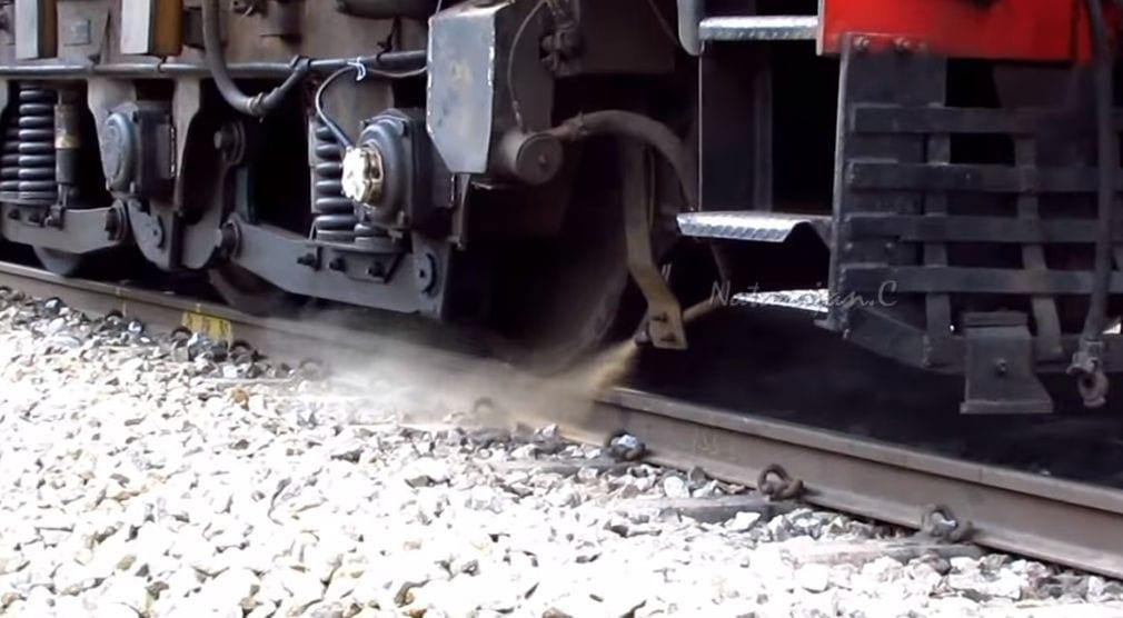 Подача песка под колеса локомотива