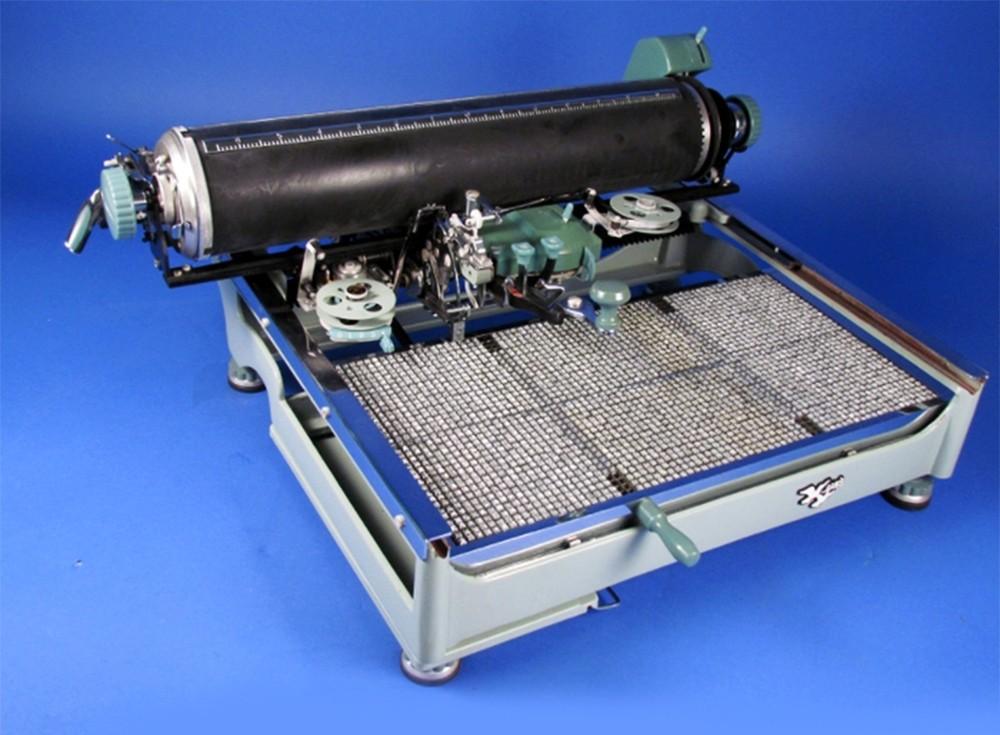 Печатная машинка с китайскими иероглифами в первоначальном виде