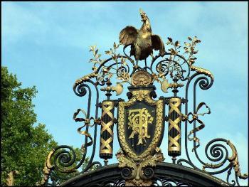 Петух с вензелями на воротах