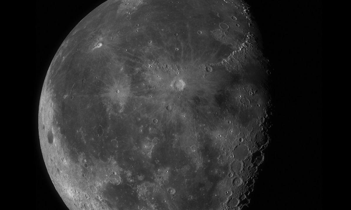 Почему кратеры на Луне круглые, а не овальные?