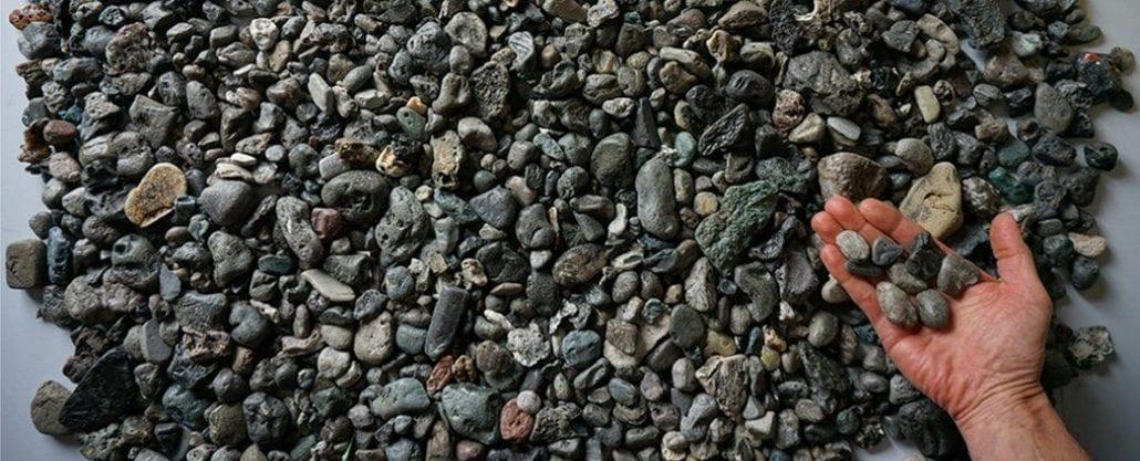 Ученые выявили новую разновидность загрязнения пластикового вида, похожую на камни