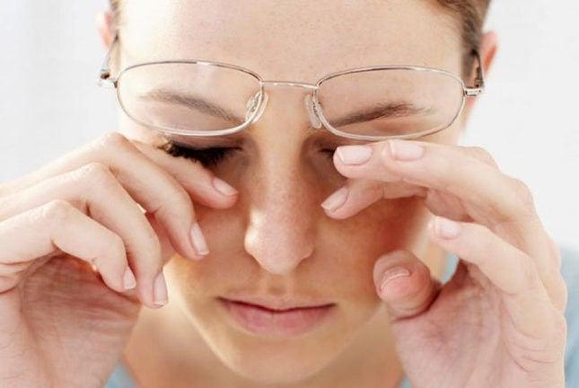 Почему краснеют глаза когда плачешь