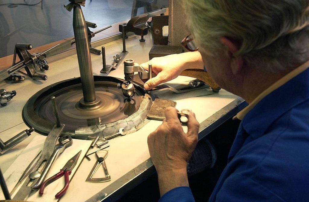 Процесс огранки алмаза