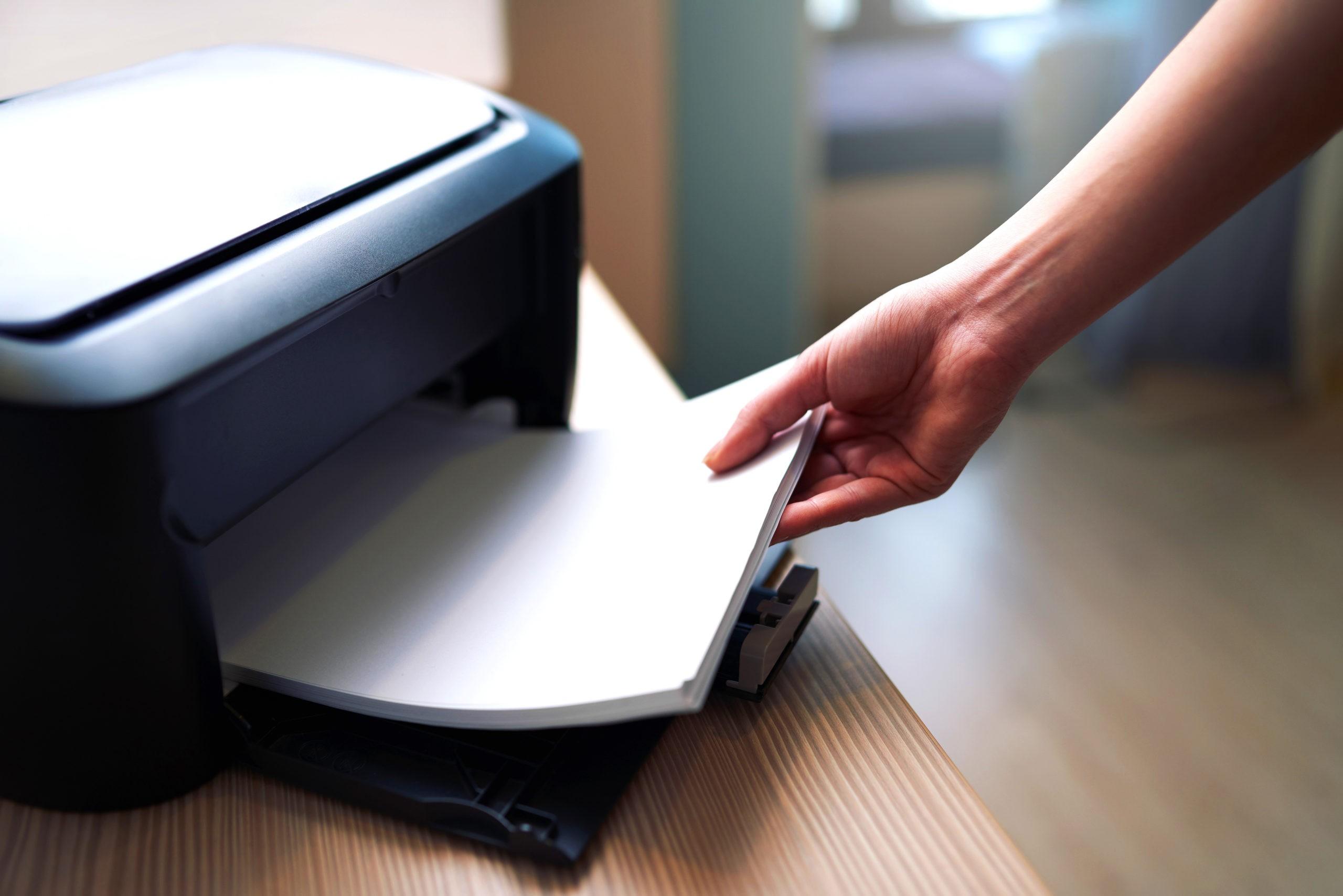 Как принтер захватывает один лист из толстой пачки?