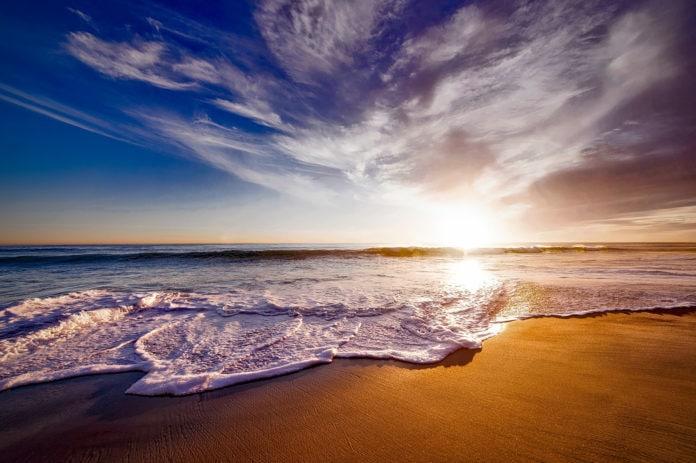 Почему приливы и отливы случаются дважды в сутки, хотя луна одна?