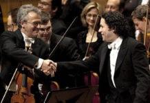 Почему на концертах дирижер пожимает руку первой скрипке?