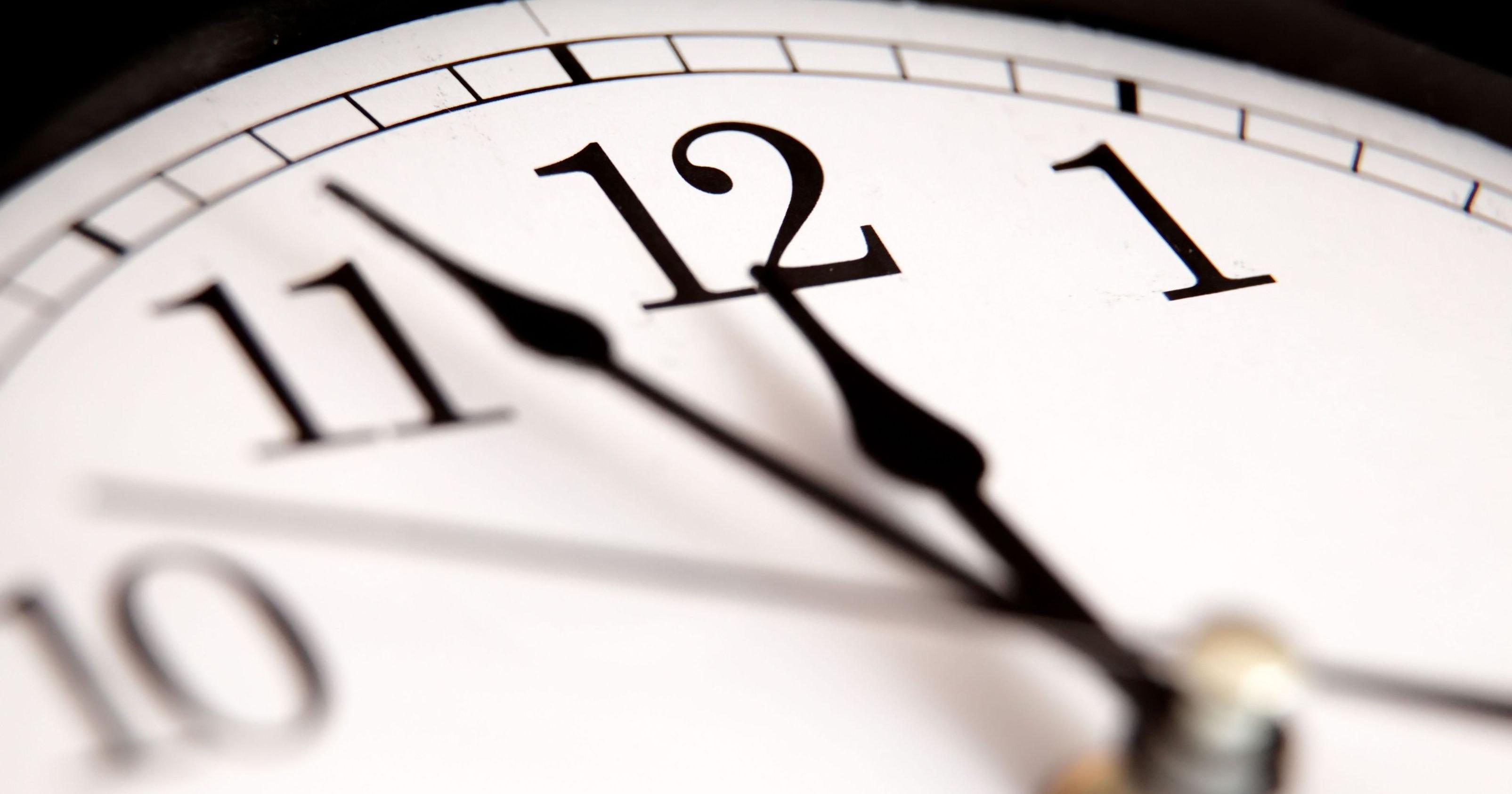 Почему стрелки часов движутся слева направо, а не наоборот?