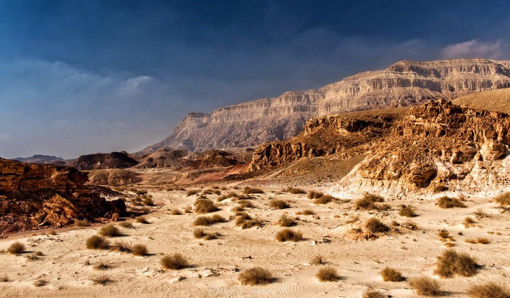 Пустыня - это не всегда сплошные пески, а и скалы, горы, холмы и прочие виды рельефа