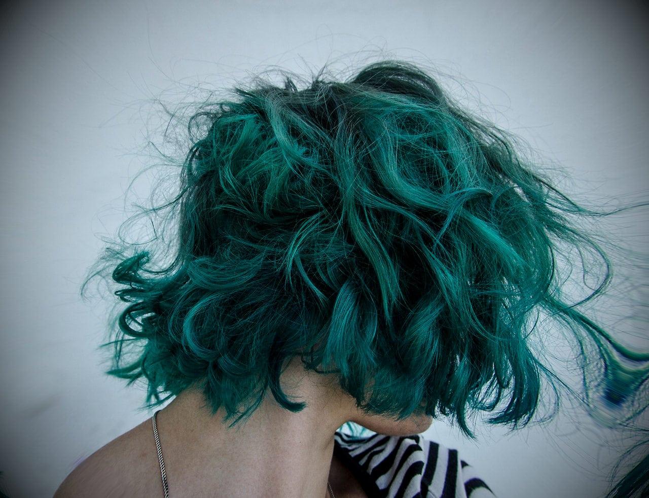 Почему люди не рождаются с синими или зелеными волосами?