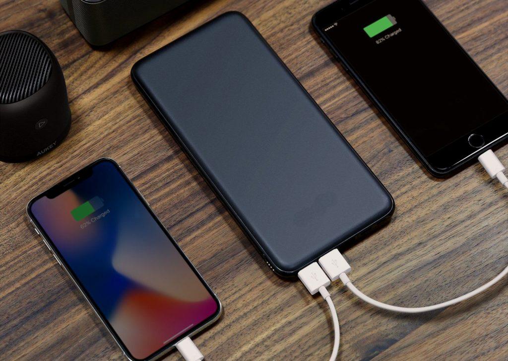 За последние годы набрали популярность power bank - портативные аккумуляторы, позволяющие заряжать смартфоны в любом месте