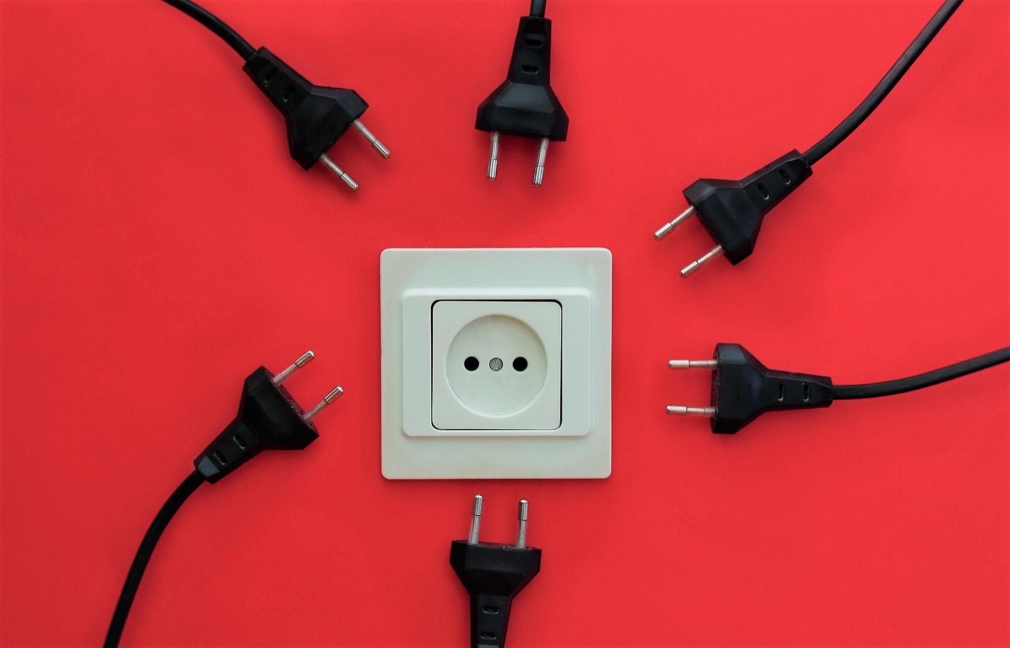 Почему искрят выключатели и розетки?