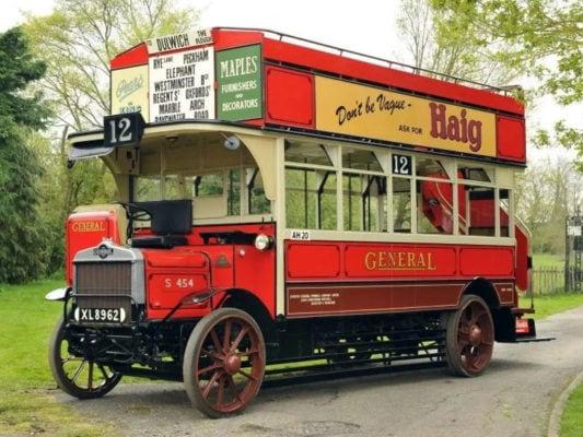 Один из первых двухэтажных автобусов