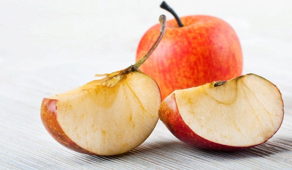 Разрезанное яблоко темнеет
