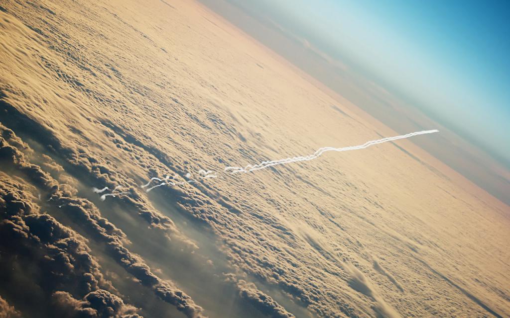 След от самолета в облаках