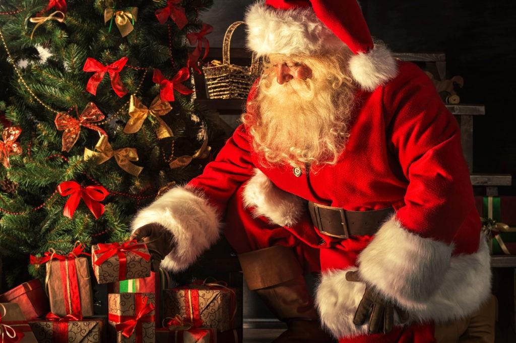 В англоязычных странах дети ждут подарков от Санта-Клауса, который попадает в дом через дымоход. Обычно для него оставляют угощения в виде молока и печенья