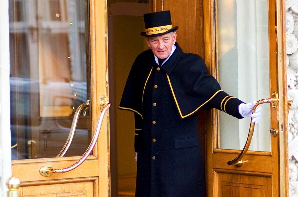 Швейцар открывает двери