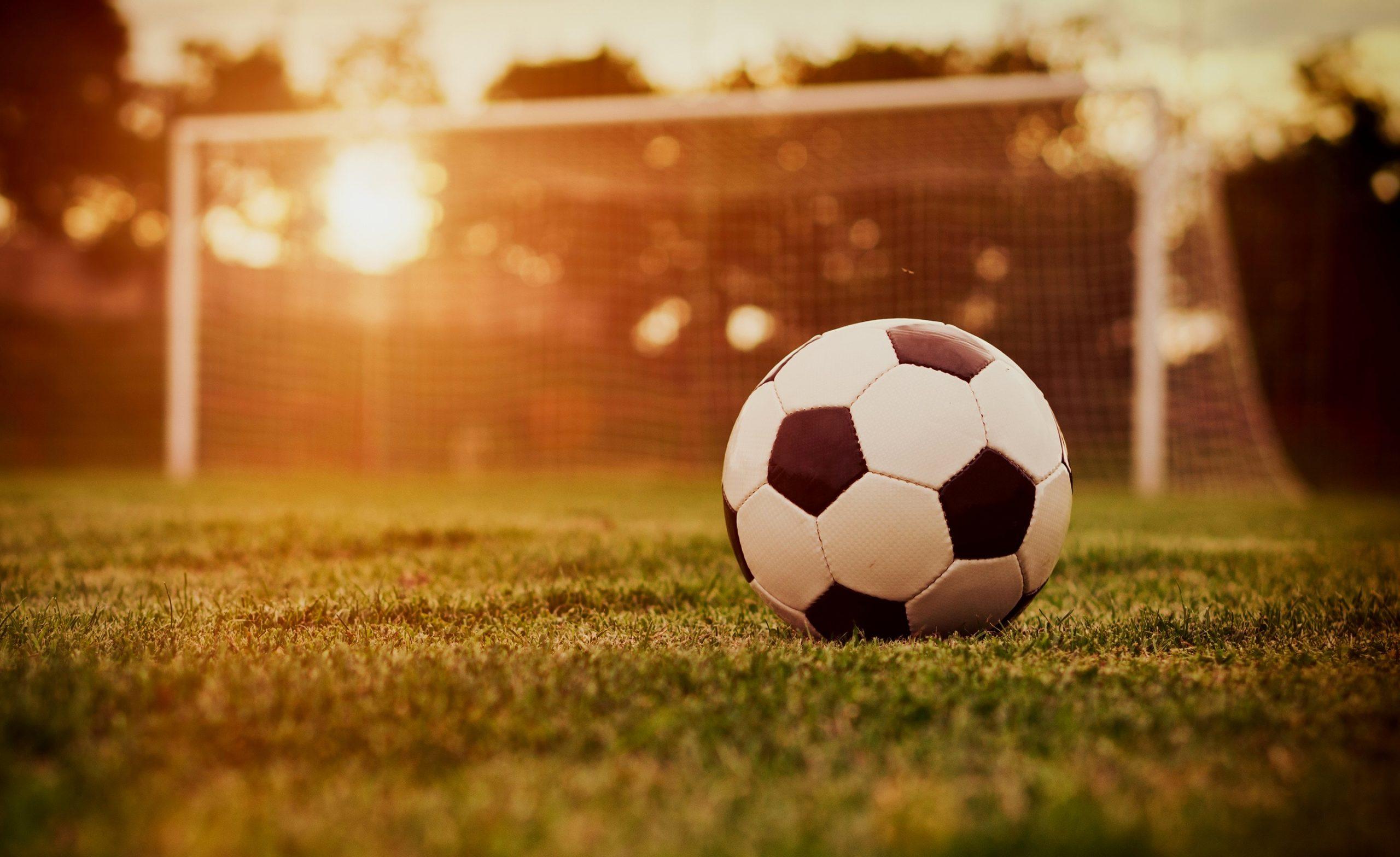 Как шьют футбольный мяч, что все швы оказываются внутри?
