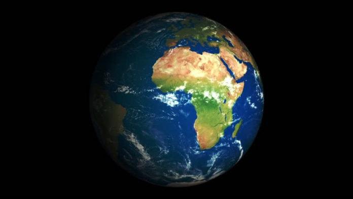 С какой скоростью движется Земля вокруг своей оси и Солнца?