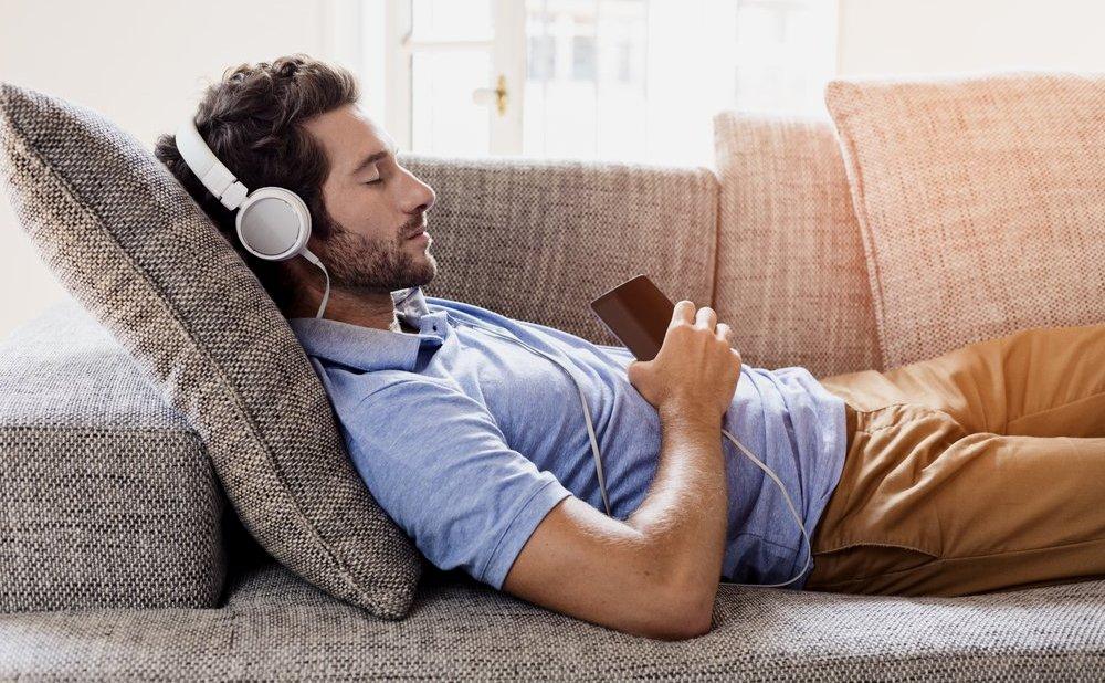 Некоторые люди включают в наушниках успокаивающие звуки и засыпают под них