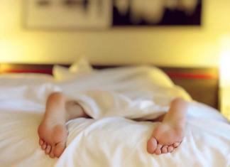 Почему нельзя спать ногами к двери?