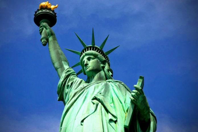Какую книгу держит американская статуя свободы?