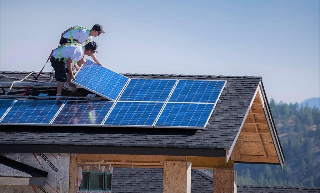 Установка солнечных панелей на крышу дома