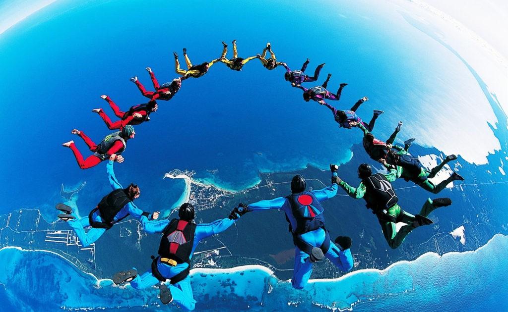 До раскрытия парашюта парашютисты находятся в свободном падении