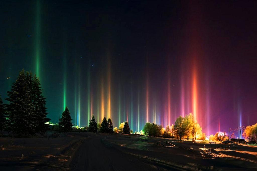 Световые столбы, образованные искусственными источниками света