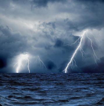 Бьет ли током в море, когда в него ударяет молния?