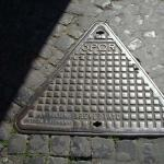 Треугольный канализационный люк