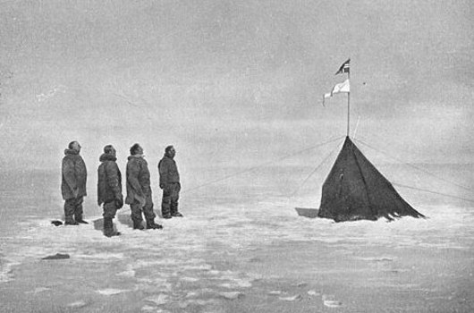 На Южном полюсе. Слева направо: Амундсен, Хельмер Хансен, Сверре Хассель, Оскар Вистинг. Фотограф: Олаф Бьоланд, декабрь 1911 года