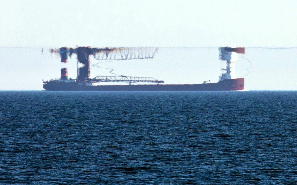 Фото верхнего миража, в котором отражается проекция судна