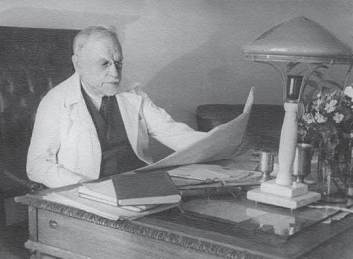Н.А. Семашко в своем кабинете на кафедре организации здравоохранения 1-го Московского Ордена Ленина медицинского института (1945−1947 гг.)