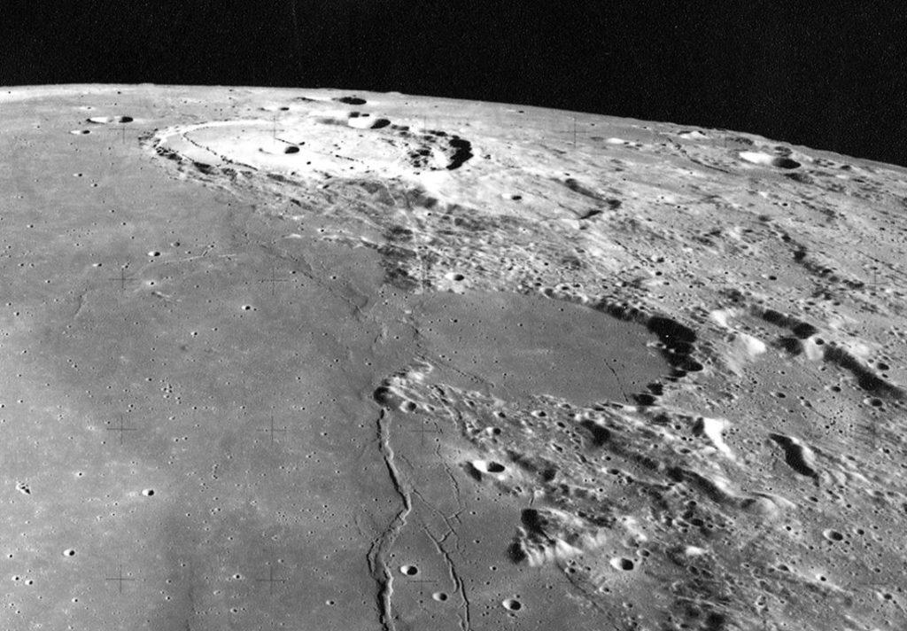 Взаимодействие Луны с окружающей средой
