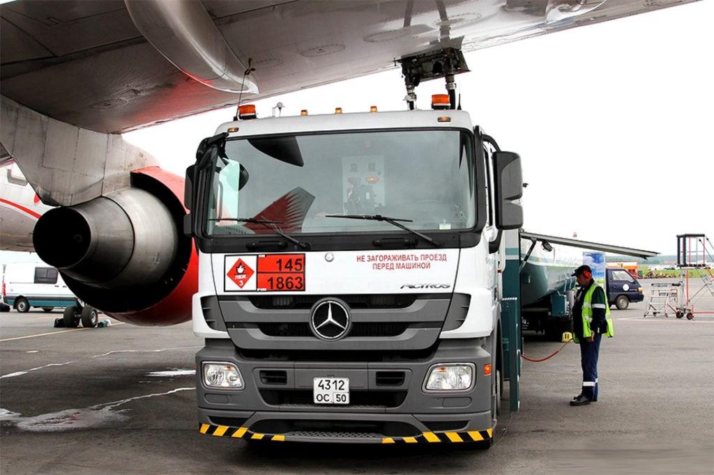 Заправка самолета через люк, расположенный в крыле