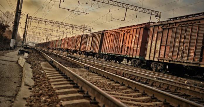 Почему перед началом движения поезд сдает назад?