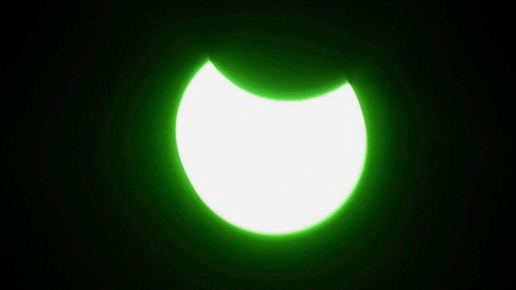Наблюдение солнечного затмения через зеленый светофильтр