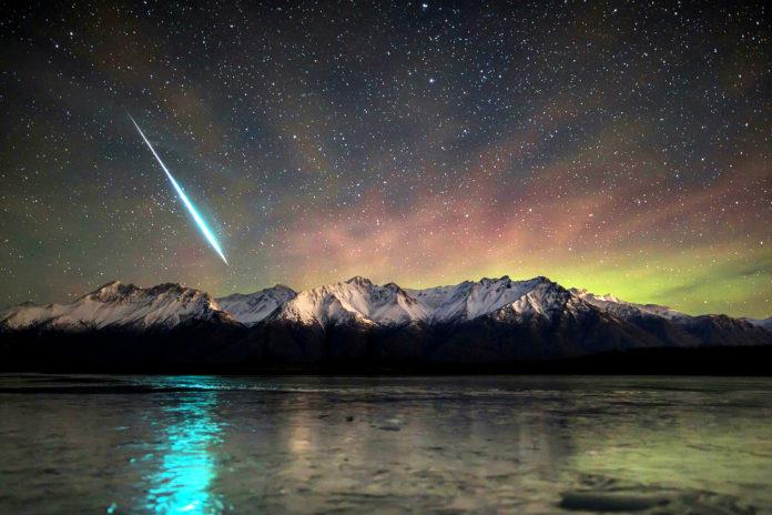 Почему визуально метеоры летят быстрее, чем спутники?